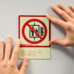 Instalación de señales de extinción y evacuación